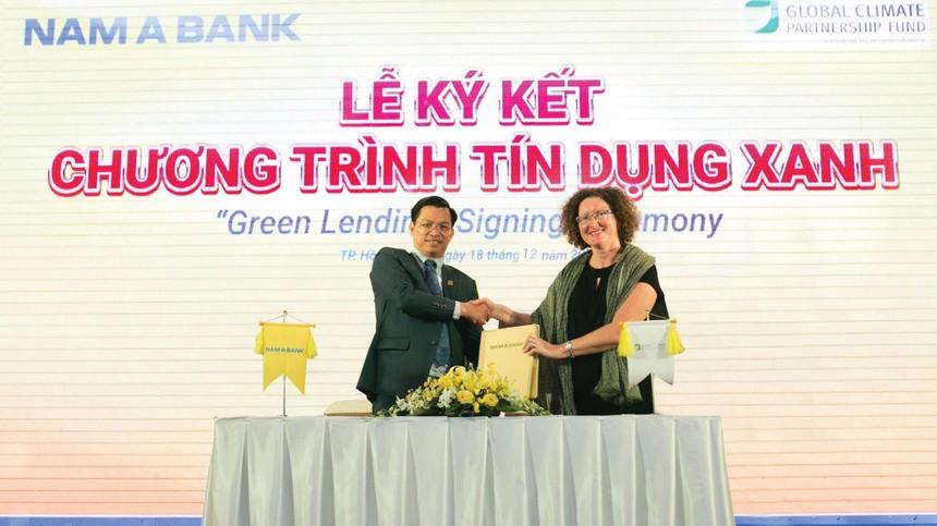 Ông Trần Ngọc Tâm - Tổng Giám đốc NAM A BANK và Bà Maud Savary Mornet - Giám đốc GCPF khu vực châu Á Thái Bình Dương cùng ký kết hợp tác triển khai chương trình Tín dụng xanh.