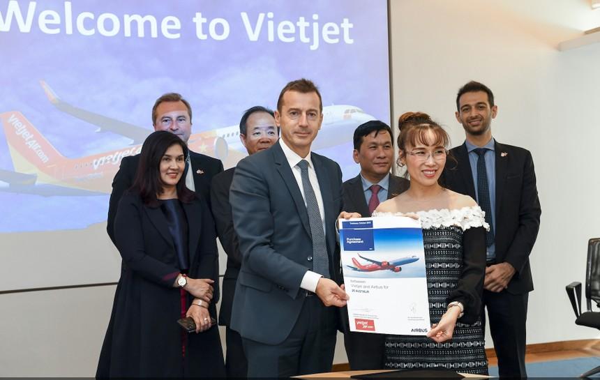 Tổng giám đốc Vietjet Nguyễn Thị Phương Thảo (phải) và ông Guillaume Faury, Chủ tịch & Tổng giám đốc của Tập đoàn Airbus cùng ký kết hợp đồng mua 20 tàu bay A321XLR với sự chứng kiến của lãnh đạo cấp cao hai bên