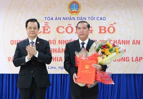 Phó Chánh án TANDTC Lê Hồng Quang trao quyết định và chúc mừng đồng chí Đặng Quốc Khởi..