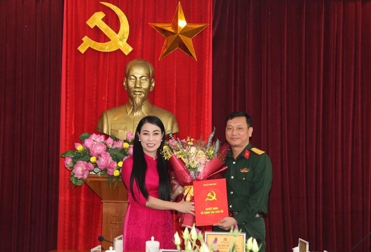 Bí thư Tỉnh ủy Vĩnh Phúc Hoàng Thị Thúy Lan trao quyết định và chúc mừng Đại tá Nguyễn Thế Hải.