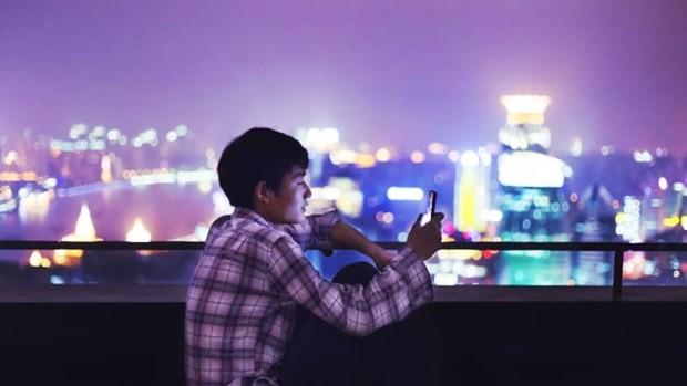 Một người dùng điện thoại di động ở Thượng Hải, Trung Quốc. (Nguồn: Getty Images)