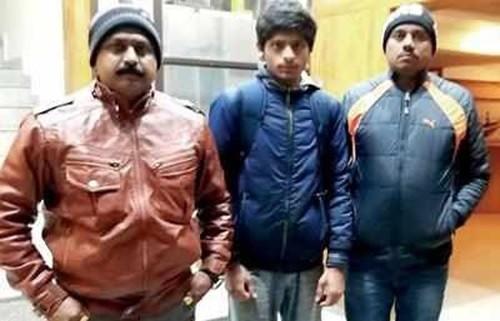 Thakkar (giữa) trốn nhà đi ngủ lề đường, rửa chén thuê vì không muốn tiếp tục việc học. Ảnh: Time of india.