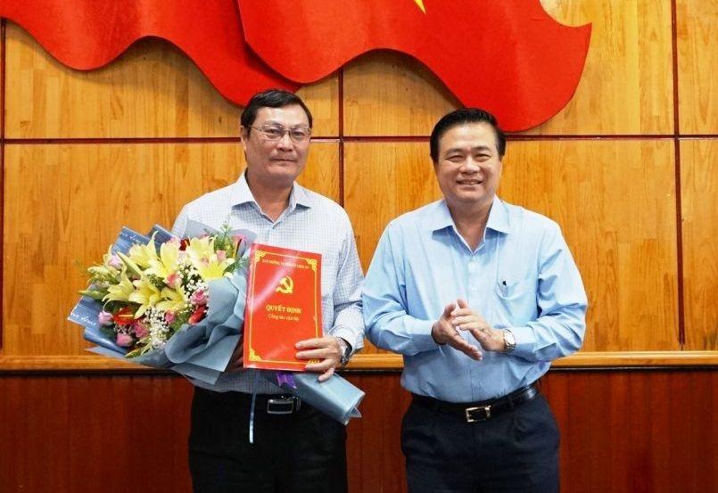 Bí thư Tỉnh ủy Long An Phạm Văn Rạnh trao quyết định và chúc mừng đồng chí Nguyễn Thanh Tiệp.