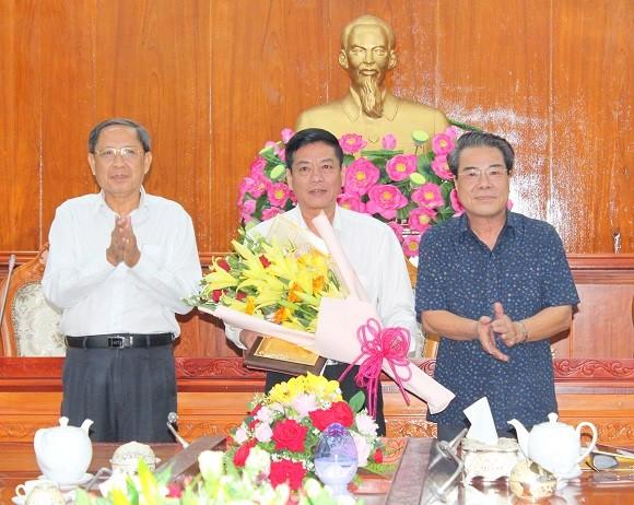 Phó Chủ nhiệm Ủy ban Kiểm tra Trung ương Nguyễn Thanh Sơn và Bí thư Tỉnh ủy Cà Mau Dương Thanh Bình chúc mừng đồng chí Hồ Minh Chiến.