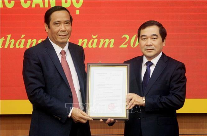 Đồng chí Nguyễn Thanh Bình trao quyết định cho đồng chí Nguyễn Tiến Thành.