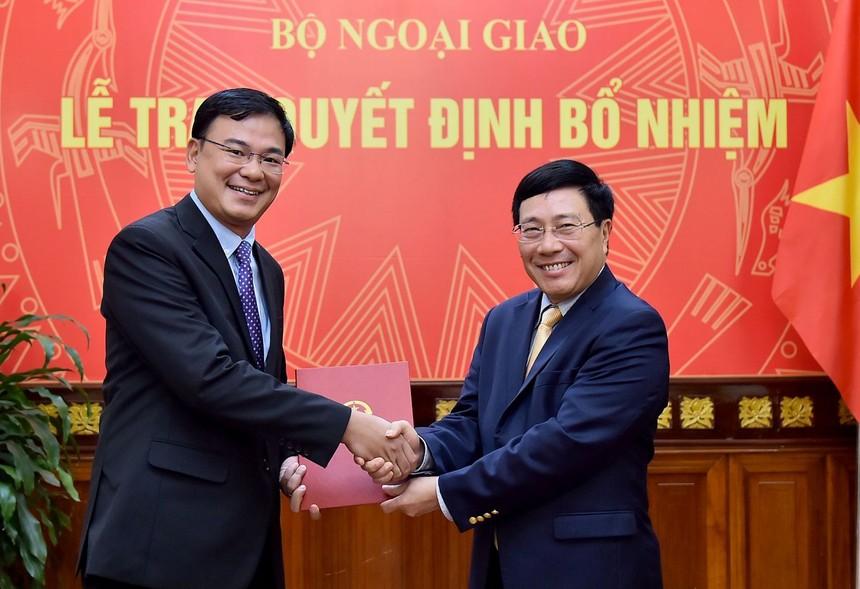 Phó Thủ tướng Phạm Bình Minh trao quyết định cho đồng chí Phạm Quang Hiệu.