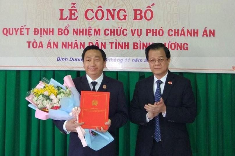 Phó Chánh án Tòa án nhân dân tối cao trao quyết định và chúc mừng đồng chí Đặng An Thanh.