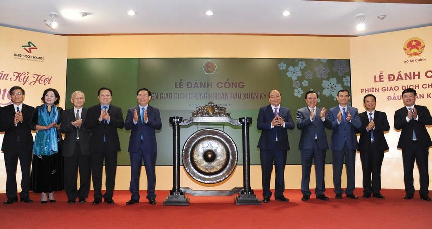 Lãnh đạo Chính phủ và ngành tài chính khai trương phiên giao dịch đầu tiên năm 2019.