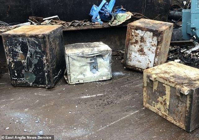 Bốn chiếc két sắt bỏ hoang được những nhân viên của một cửa hàng Scrapyard tái chế.