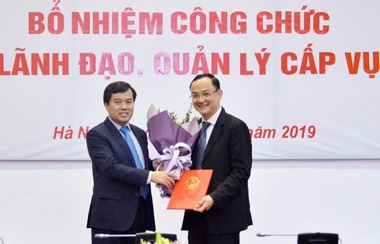 Phó Chủ nhiệm Văn phòng Quốc hội Nguyễn Mạnh Hùng trao quyết định và chúc mừng đồng chí Nguyễn Ngọc Sơn.