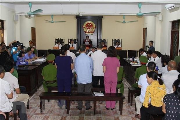 Bị cáo Nguyễn Thanh Hoài và bị cáo Vũ Trọng Lương (hàng trên) và các bị cáo tại phiên tòa. (Ảnh: Nguyễn Quyết Chiến/TTXVN)