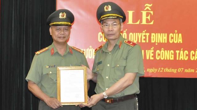 Thiếu tướng Đỗ Văn Hoành (bên phải), Chánh Thanh tra Bộ Công an được bổ nhiệm làm Chánh Văn phòng Cơ quan Cảnh sát Điều tra Bộ Công an.