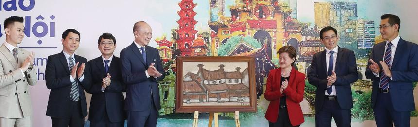 """Bức tranh """"Phố Phái"""" được lựa chọn để giới thiệu trong lễ khai trương văn phòng UOB tại Hà Nội tháng 8/2019."""