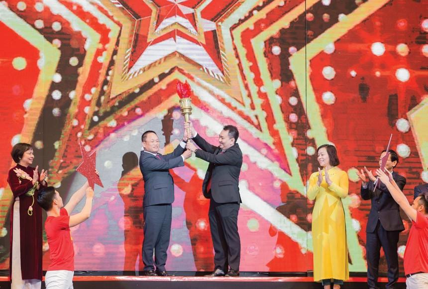 Ông Lê Trí Thông đại diện những doanh nhân trẻ Sao Đỏ 2019 rước đuốc từ doanh nhân Sao Đỏ thế hệ trước.