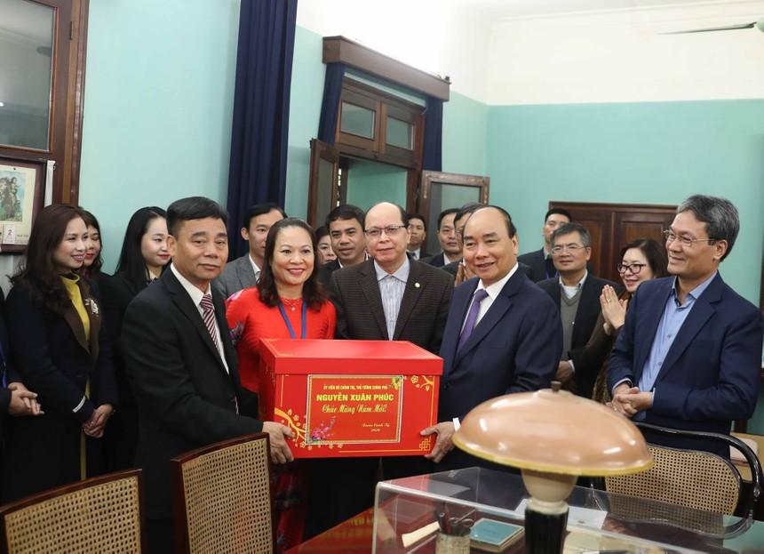 Thủ tướng tặng quà Tết cho cán bộ, nhân viên Khu Di tích Chủ tịch Hồ Chí Minh tại Phủ Chủ tịch. Ảnh: VGP/Quang Hiếu.