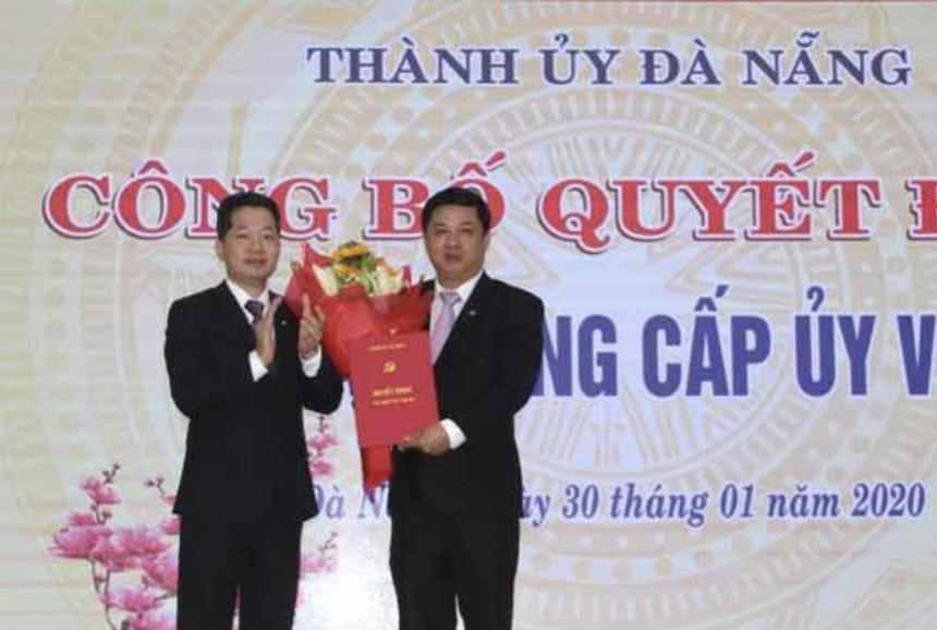 Phó Bí thư Thành uỷ Nguyễn Văn Quảng (bên trái) trao quyết định bổ nhiệm ông Lương Nguyễn Minh Triết giữ chức Bí thư Quận uỷ Hải Châu.