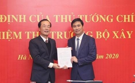Bộ trưởng Phạm Hồng Hà trao quyết định và chúc mừng tân Thứ trưởng Nguyễn Tường Văn.