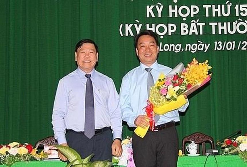 Bí thư Tỉnh ủy Vĩnh Long Trần Văn Rón chúc mừng ông Lữ Quang Ngời (ôm hoa).