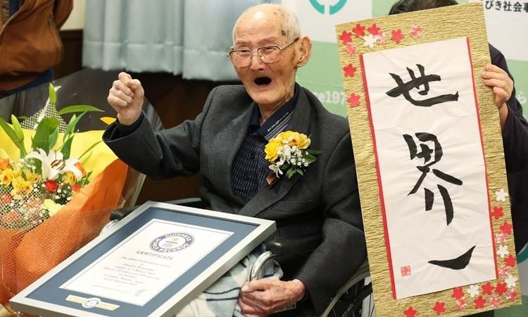 Ông Chitetsu Watanabe nhận chứng nhận của Sách Kỷ lục Guinness ngày 12/2. Ảnh: AFP.