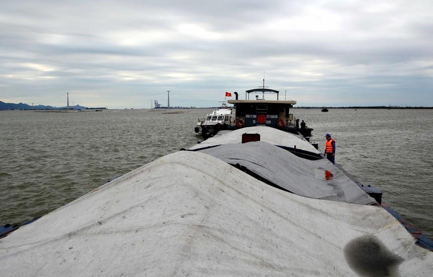 Tàu TB 1329 đã được dẫn giải về khu vực neo đậu an toàn, tiến hành các biện pháp điều tra, xác minh và xử lý theo quy định của pháp luật: (Ảnh: TTXVN).