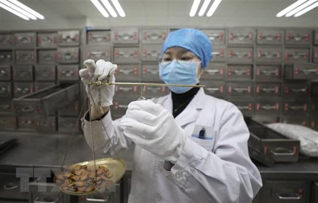 Sử dụng thuốc đông y chữa trị cho bệnh nhân COVID-19 tại bệnh viện ở tỉnh An Huy, Trung Quốc, ngày 18/2. (Ảnh: THX/TTXVN).
