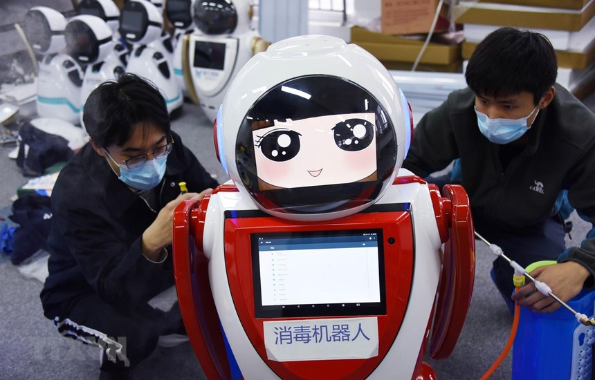 Trung Quốc đưa vào sử dụng robot khử trùng thế hệ đầu tiên tại công ty công nghệ Thanh Đảo, tỉnh Sơn Đông, Trung Quốc ngày 11/2/2020. (Ảnh: THX/TTXVN).