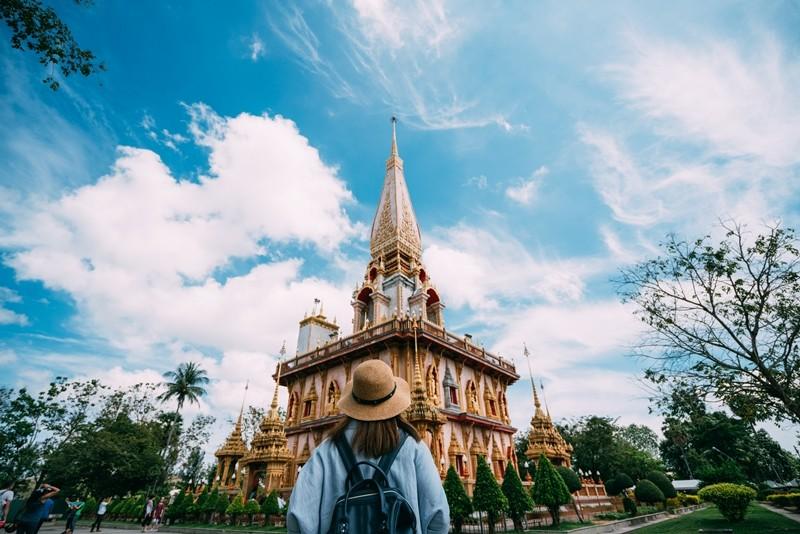 Du khách chụp ảnh bên ngoài ngôi chùa Wat Chalong- 1 trong những ngôi chùa nổi tiếng nhất Phuket (Thái Lan).