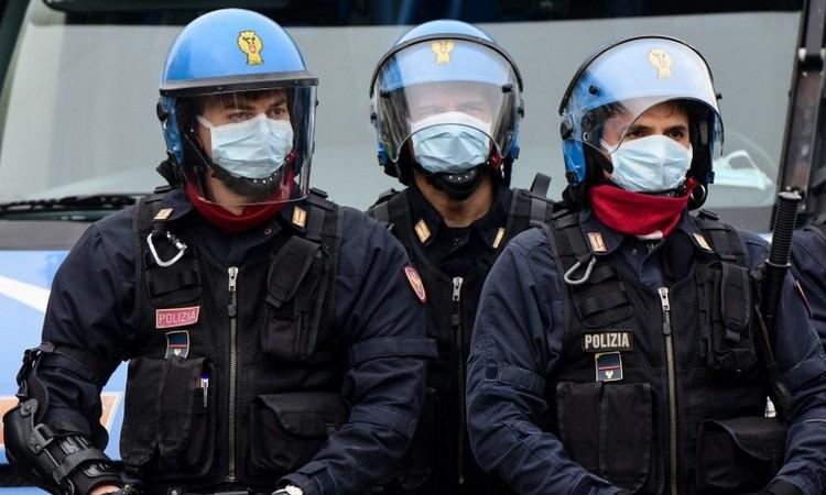 Cảnh sát chống bạo động bên ngoài nhà tù ở thành phố Modena, Italy hôm 9/3. Ảnh: AFP.