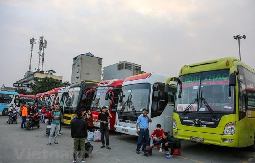 Các đơn vị vận tải hoạt động tại bến xe đã cắt giảm tần suất hoạt động do vắng khách vì dịch COVID-19. (Ảnh: Minh Sơn/Vietnam+).