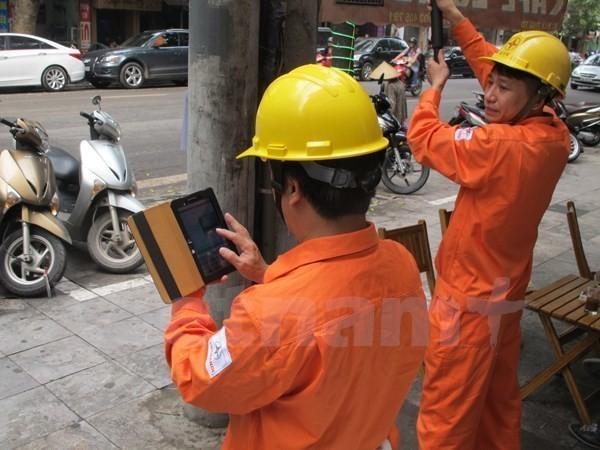 Nhân viên ngành điện ghi chỉ số côngtơ của khách hàng. (Nguồn: Đức Duy/Vietnam+).
