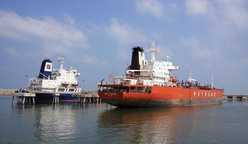 Hoạt động xuất bán xăng dầu tại cảng Nhà máy lọc dầu Dung Quất.