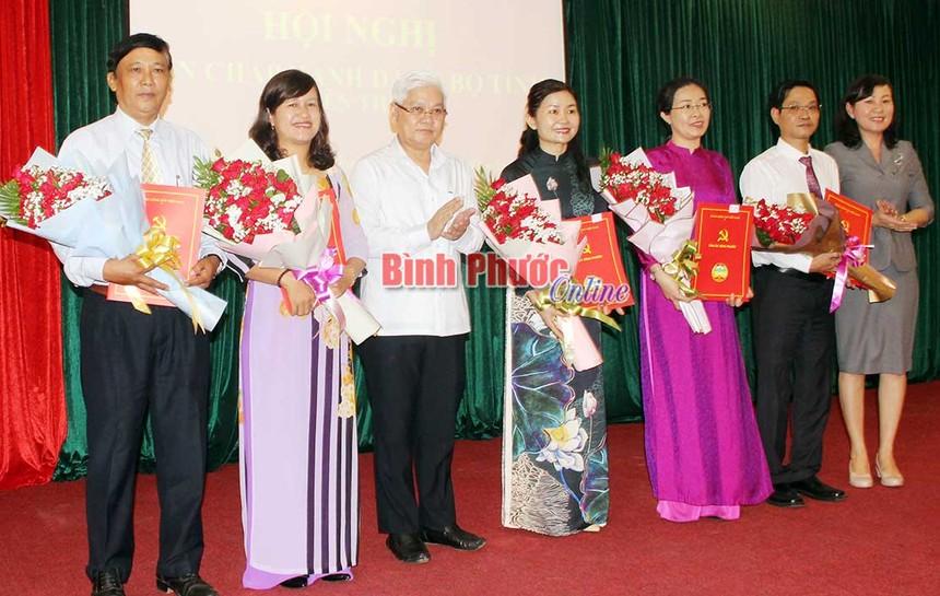 Lãnh đạo tỉnh Bình Phước trao quyết định và chúc mừng các cán bộ được Ban Bí thư Trung ương Đảng chuẩn y chức vụ mới.