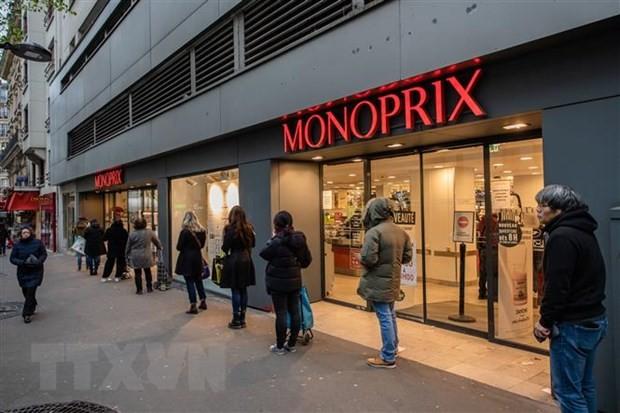 Người dân xếp hàng bên ngoài một siêu thị ở Paris, Pháp trong bối cảnh dịch COVID-19 lan rộng. (Ảnh: THX/TTXVN).