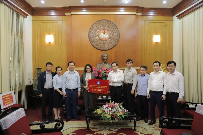 Thay mặt tập thể cán bộ công nhân viên, Thứ trưởng, Tổng Giám đốc BHXH Việt Nam Nguyễn Thị Minh đã trao 2 tỷ đồng ủng hộ phòng, chống dịch Covid-19.