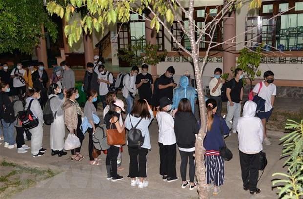 Những công dân từ nước ngoài trở về tại khu cách ly. (Ảnh: Nam Thái/TTXVN).