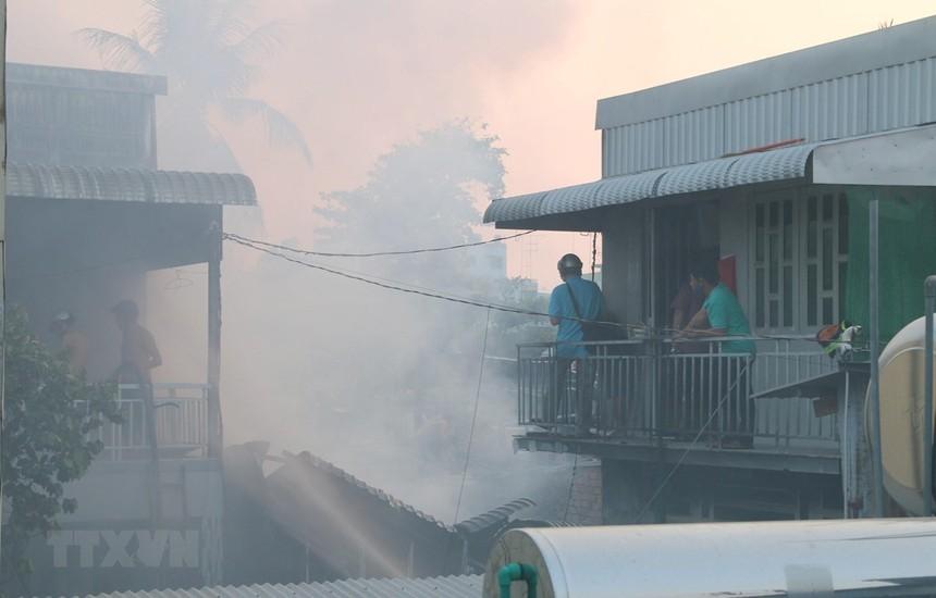 Đám cháy với cột khói cao bao trùm và lan ra cả các khu nhà liền kề của phường Mỹ Bình, thành phố Long Xuyên (An Giang). (Ảnh: Công Mạo/TTXVN).
