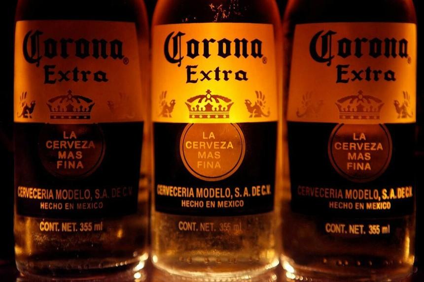 Bia Corona được bày bán tại Mexico City (Mexico). Ảnh: Reuters.