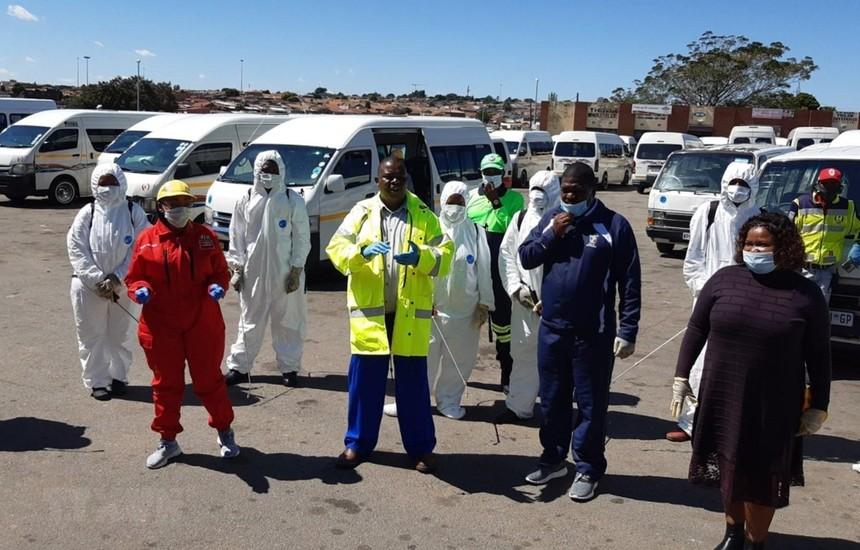 Lực lượng y tế Nam Phi chuẩn bị tiến hành xét nghiệm COVID-19 tại một khu dân cư tại ngoại ô thành phố Johannesburg. (Ảnh: Phi Hùng/TTXVN).