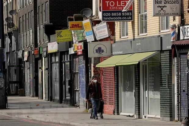 Các cửa hàng tại London, Anh, đóng cửa trong bối cảnh dịch COVID-19 lan rộng. (Ảnh: THX/TTXVN).