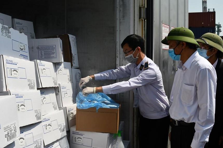 Ngày 28/4, Thứ trưởng Bộ NN&PTNT Phùng Đức Tiến (áo trắng) đã đi kiểm tra công tác kiểm dịch thịt lợn nhập khẩu trước khi thông quan tại cảng Hải Phòng, thành phố Hải Phòng.