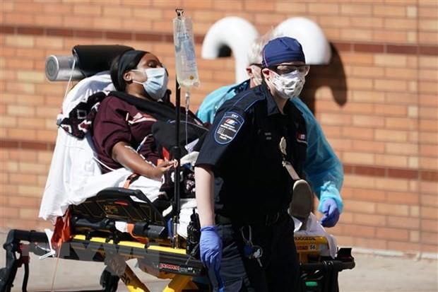 Chuyển bệnh nhân nhiễm COVID-19 tới bệnh viện ở Brooklyn, New York, Mỹ. (Ảnh: AFP/TTXVN).