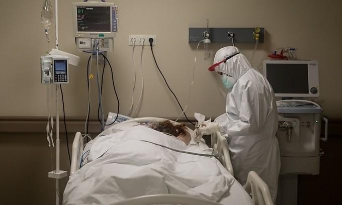Nhân viên y tế Thổ Nhĩ Kỳ điều trị cho một bệnh nhân trong phòng chăm sóc tích cực tại một bệnh viện ở Istanbul hôm 8/5. Ảnh: AFP.