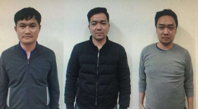 Tiến (trái) cùng đồng bọn tại cơ quan điều tra. Ảnh: Công an cung cấp.