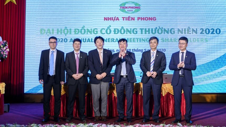 Các thành viên HĐQT Nhựa Tiền Phong nhiệm kỳ 2020-2025 ra mắt các cổ đông.