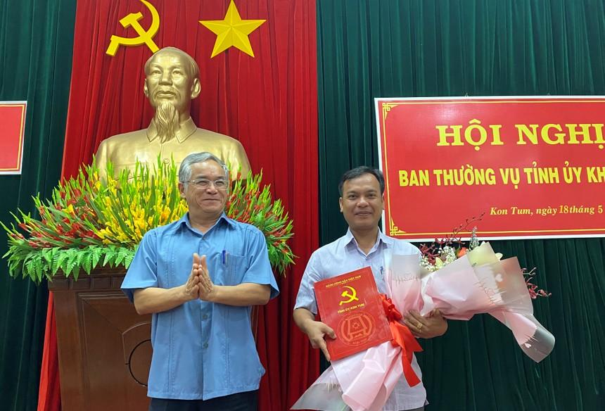 Bí thư Tỉnh ủy Kon Tum Nguyễn Văn Hùng trao quyết định và chúc mừng đồng chí U Huấn.