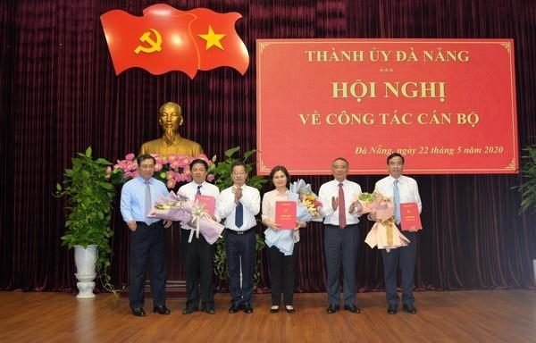 Lãnh đạo thành phố Đà Nẵng tặng hoa chúc mừng các thành viên được bổ sung vào Ban Thường vụ Thành ủy.