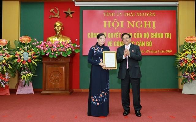 Ông Phạm Minh Chính trao quyết định của Bộ Chính trị phân công bà Nguyễn Thanh Hải giữ chức Bí thư Tỉnh ủy Thái Nguyên.