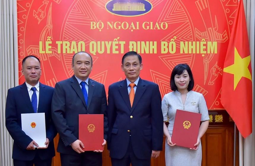 Thứ trưởng Lê Hoài Trung trao quyết định cho các cán bộ.