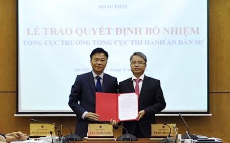 Bộ trưởng Lê Thành Long trao quyết định cho tân Tổng cục trưởng Nguyễn Quang Thái.