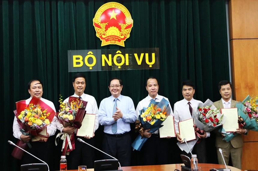 Bộ trưởng Lê Vĩnh Tân trao quyết định và chúc mừng các cán bộ được điều động, bổ nhiệm chức vụ mới.
